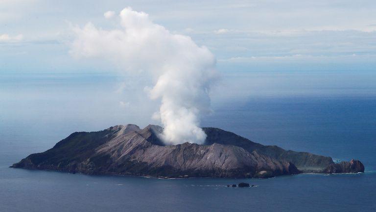شوهد بركان وايت آيلاند بعد أيام من الانفجار الذي خلف 22 قتيلا