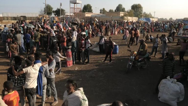 الآلاف من الناس الفارين من منطقة تيغراي إثيوبيا يعبرون الحدود إلى السودان