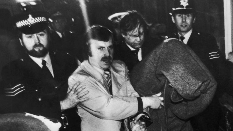 His head covered with a blanket, Peter Sutcliffe, aka 'The Yorkshire Ripper', is escorted into Dewsbury Magistrates Court to be charged with murder, 6th January 1981. (Photo by Jack Hickes/Keystone/Hulton Archive/Getty Images)