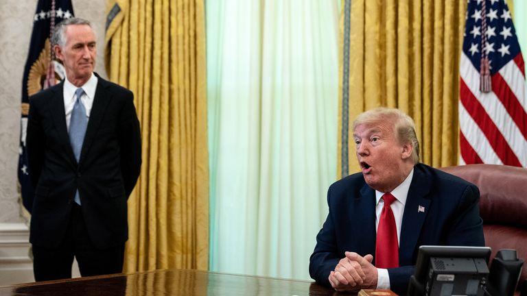 ينضم إلى الرئيس دونالد ترامب (إلى اليمين) رئيس مجلس الإدارة والرئيس التنفيذي لشركة جلعاد للعلوم دانيال أو داي