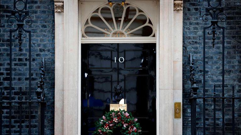Karangan bunga meriah tergantung di pintu 10 Downing Street di pusat kota London pada 13 Desember 2020, ketika para pemimpin Inggris dan Uni Eropa setuju untuk melanjutkan pembicaraan di luar tenggat waktu terbaru. - Inggris akan meninggalkan pasar tunggal UE dalam 19 hari. (Foto oleh Tolga Akmen / AFP) (Foto oleh TOLGA AKMEN / AFP via Getty Images)