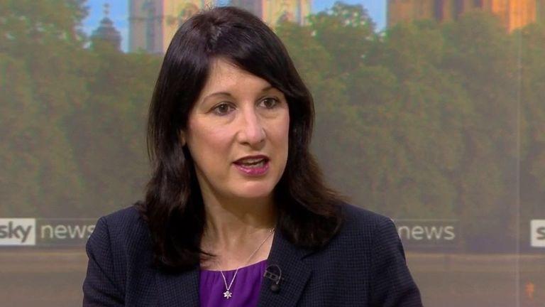 راشل ریوز ، وزیر کابینه سایه ، به اخبار مبنی بر تعطیلی مدارس شورای کارگری توسط کارگران در منطقه گرینویچ در لندن پاسخ می دهد.