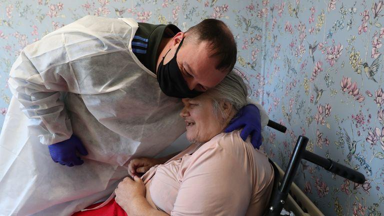 Chris Mills memeluk ibunya, Carol Roberts di panti asuhan Aspen Hill Village