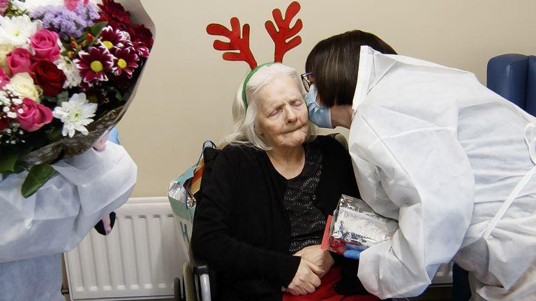 Mary Orme (kanan) dan memeluk ibunya, Rose McKimm, setelah tes lateral flow cepat dilakukan sehingga orang-orang dapat melihat keluarganya
