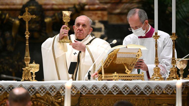 Paus Fransiskus memimpin Misa pada Malam Natal di Basilika Santo Petrus di tengah pandemi penyakit virus corona (COVID-19) di Vatikan 24 Desember 2020. Vincenzo Pinto /? Pool via REUTERS