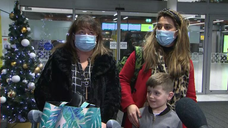 Saffron Werfelli, ibunya Caroline dan putranya yang masih kecil Alex, juga naik Ryanair FR520 dari Stansted dan sedang berjalan melalui aula kedatangan yang hampir kosong di Terminal 1 Dublin.