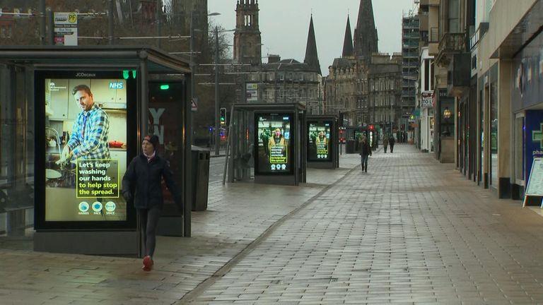 Bahkan jalanan yang biasanya sibuk di Edinburgh pun sepi