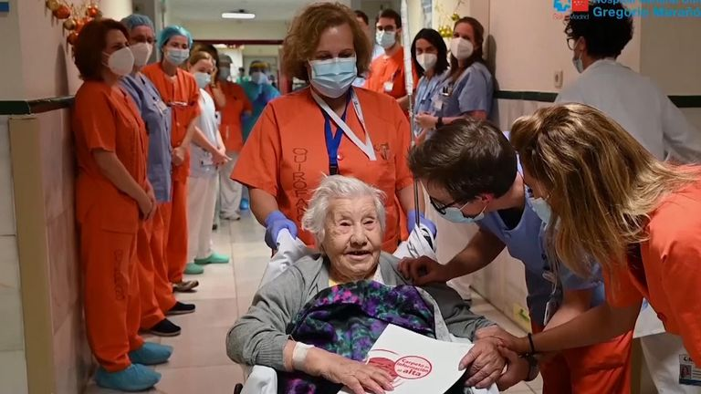 The 104-year-old is applauded as she leaves hospital (Pic: Gregorio Maranon Hospital)