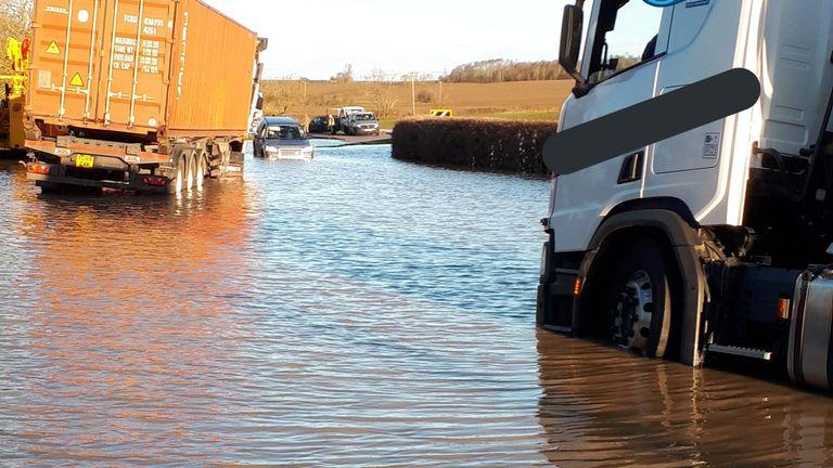 Foto selebaran diambil dari akun twitter Unit Kepolisian Jalan Bedfordshire, Cambridgeshire dan Hertfordshire @roadpoliceBCH yang menunjukkan banjir di jalan B645 di Stonely, Camridgeshire.