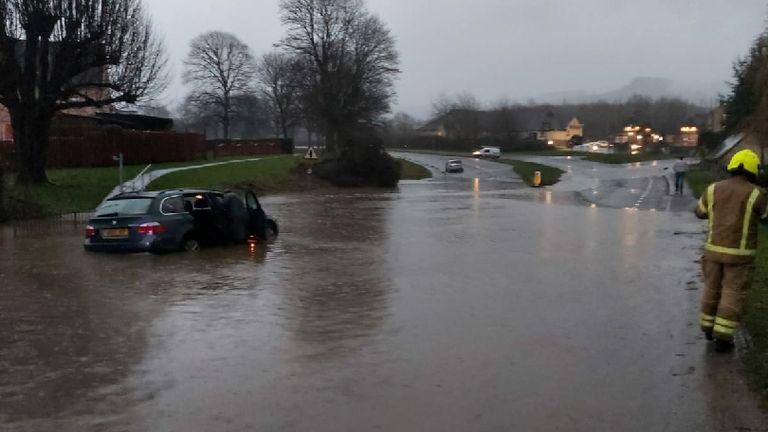 Foto selebaran diambil dengan izin dari feed Twitter Polisi Gloucestershire tentang banjir di Gloucestershire, saat lusinan peringatan banjir diberlakukan pada Rabu malam setelah hujan lebat turun di Inggris dan Wales memengaruhi lalu lintas.