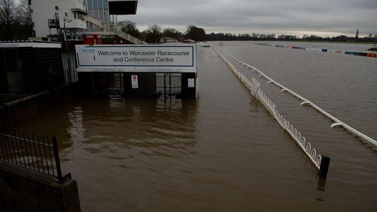 Air banjir menutupi arena pacuan kuda di Worcester setelah hujan lebat.
