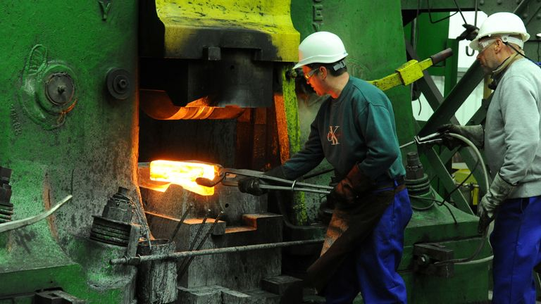 Pekerja menempa di pabrik Kimber Mills di Cradley Heath,