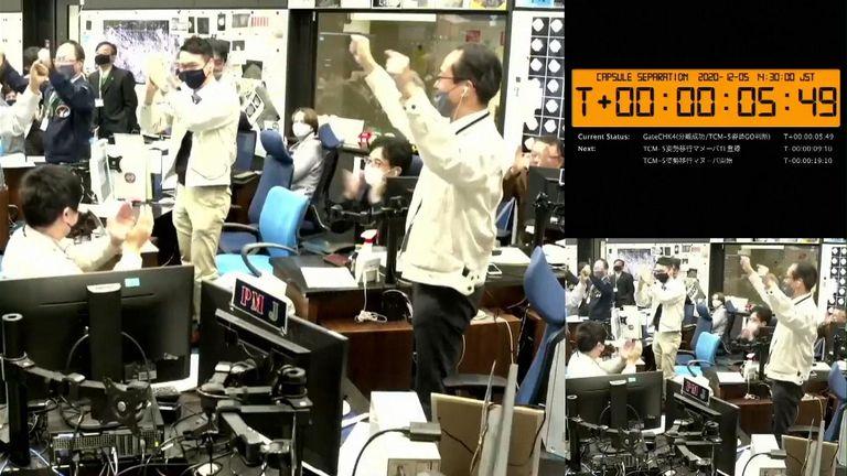 الاحتفالات في غرفة التحكم حيث تم تأكيد الانفصال.  الائتمان: JAXA