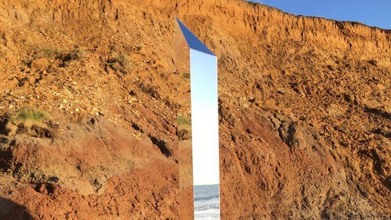 Le monolithe a été repéré dimanche à Compton, sur l'île de Wight.  Pic: Tom Dunford