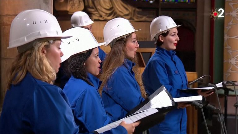 The choir had to wear hard hats as the building is still unsafe FRANCE TÉLÉVISIONS