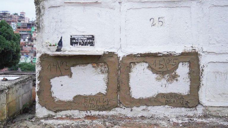 الفتيات & # 39 ؛  مقابر في دوكي دي كاكسياس