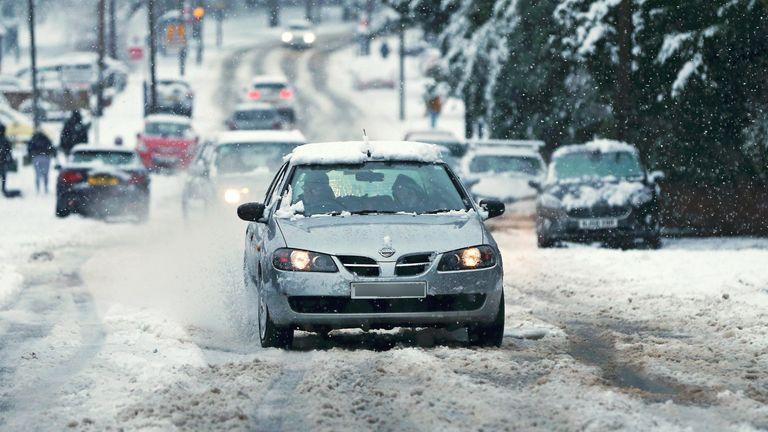 STOURBRIDGE, INGGRIS - 28 DESEMBER: Sebuah roda mobil berputar di salju saat hujan salju lebat turun di West Midlands semalam pada 28 Desember 2020 di Stourbridge, Inggris. Hujan salju lebat telah menutupi West Midlands karena Kantor Met mengeluarkan peringatan kuning sepanjang hari. (Foto oleh Cameron Smith / Getty Images)