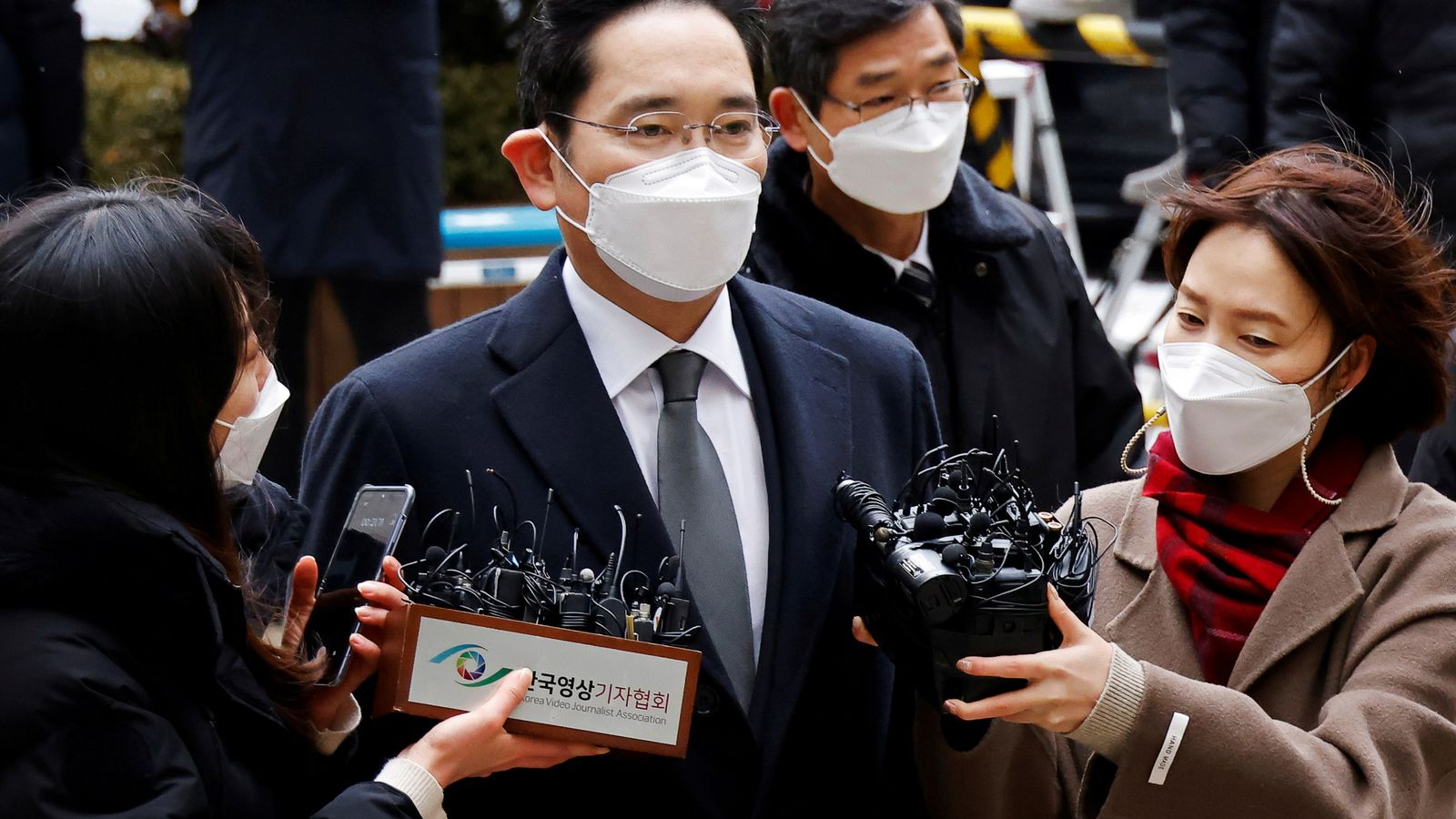 Samsung boss back behind bars over corruption scandal