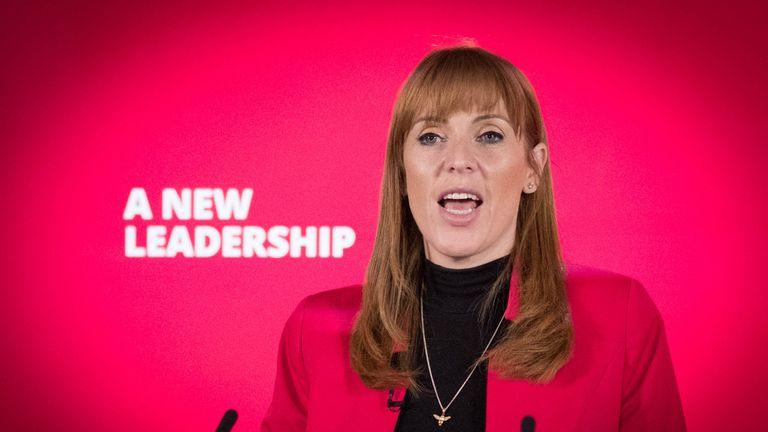 آنجلا راینر معاون رهبر در کنفرانس آنلاین حزب کارگر در لندن صحبت می کند.