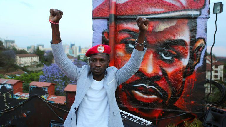 Die rote Baskenmütze mit Bobby Wayne ist zu einem Symbol langjähriger Opposition gegen Präsident Yoweri Museveni geworden.