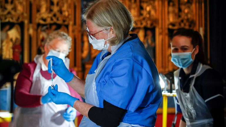 Le personnel médical travaille dans un centre de vaccination à l'intérieur de la cathédrale de Salisbury, à Salisbury, Grande-Bretagne, le 20 janvier 2021. REUTERS / Paul Childs