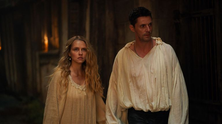Teresa Palmer et Matthew Goode dans A Discovery Of Witches.  Pic: Sky UK