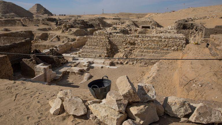 Le site de fouilles où l'archéologue égyptien Zahi Hawass et son équipe ont déterré un trésor d'anciens cercueils, artefacts et crânes dans une vaste nécropole au sud du Caire, le dimanche 17 janvier 2021, à Saqqara, au sud du Caire, Egypte.  (Photo AP / Nariman El-Mofty)