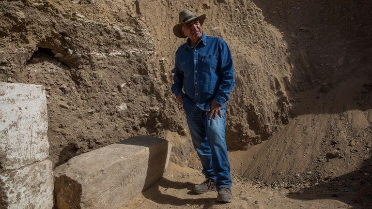 L'archéologue égyptien Zahi Hawass se tient sur le site de fouilles du temple funéraire de la reine Nearit, l'épouse du roi Teti, où lui et son équipe ont déterré une vaste nécropole remplie de fosses funéraires, de cercueils et de momies datant du Nouvel Empire 3000 avant JC. .  C., dimanche.  17 janvier 2021, à Saqqarah, au sud du Caire, Égypte.  (Photo AP / Nariman El-Mofty)