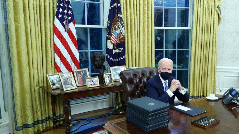 US-Präsident Joe Biden unterzeichnet am 20. Januar 2021 im Oval Office des Weißen Hauses in Washington, USA, Executive Orders. Reuters / Tom Brenner REFILE - Richtiges Datum