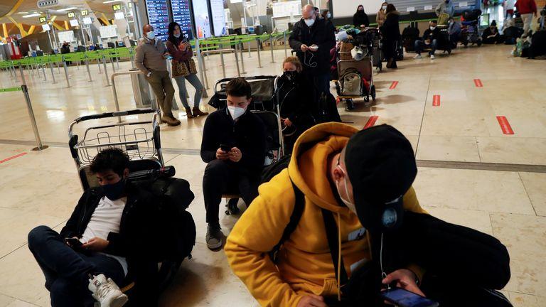 Penumpang yang terdampar menunggu kabar tentang penerbangan mereka di bandara Adolfo Suarez Barajas