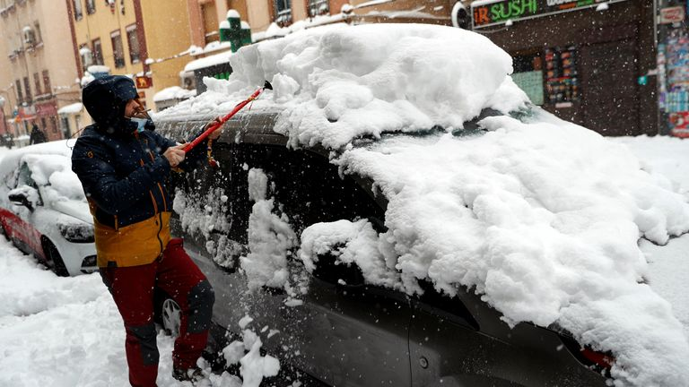 Manusia memindahkan salju