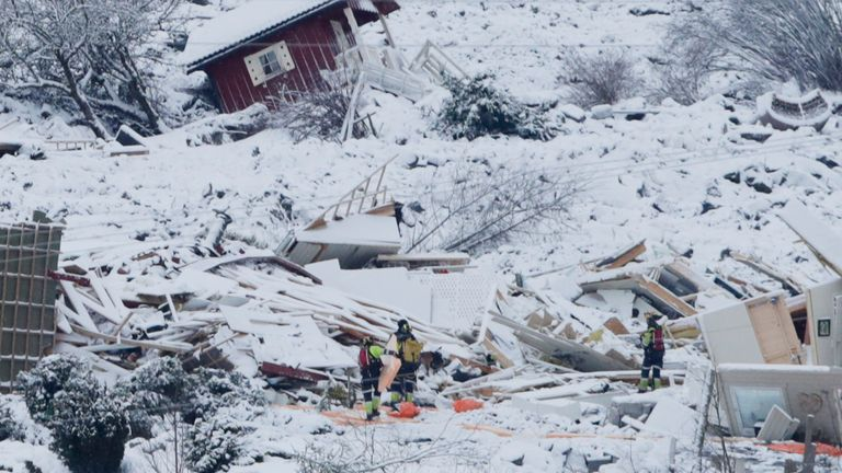 Ask 20210101..Rescue crews are working on Friday in the landslide area where a large landslide occurred at Ask in Gjerdrum municipality on Wednesday. Several homes have been taken by the avalanche and 10 people are missing. More than 1,000 people in the area have been evacuated..Photo: Terje Bendiksby / NTB