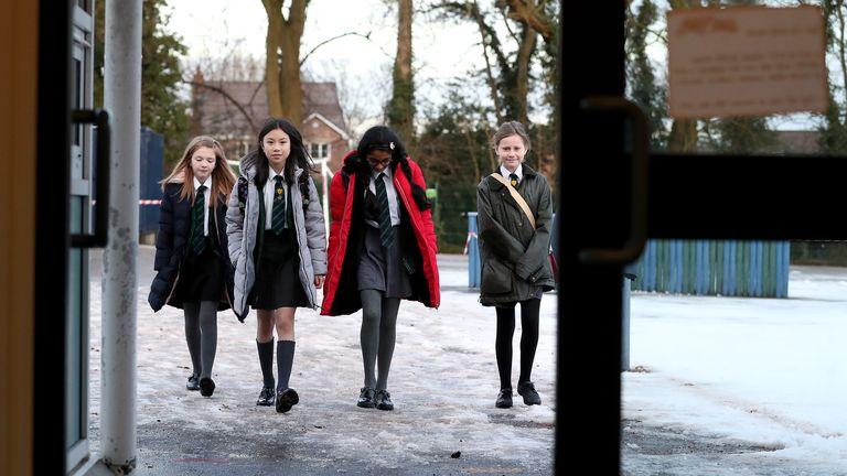 Murid sekolah dasar di Knutsford, Cheshire terlihat kembali ke sekolah pada hari Senin