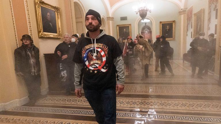 Rauch füllt den Gang vor der Senatskammer, als Anhänger von Präsident Donald Trump am Mittwoch, dem 6. Januar 2021, in Washington im Kapitol mit US-Polizisten konfrontiert werden.  (AP Foto / Manuel Balce Ceneta)