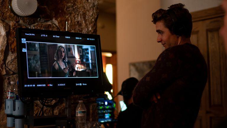Premier réalisateur Dave Franco au travail sur le plateau.  Pic: La location / Amazon Prime