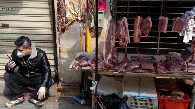 AP: Dalam foto ini diambil Jumat, 3 April 2020, seorang pedagang menunggu pelanggan di sebuah kios dekat pasar yang masih tutup sebagian karena wabah virus korona di Wuhan di provinsi Hubei China tengah. (Foto AP / Ng Han Guan)