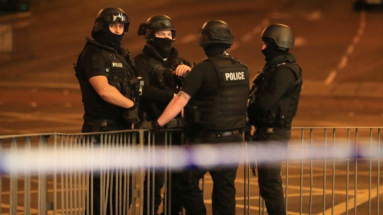 پلیس مسلح در منچستر آرنا پس از گزارش انفجار در محل برگزاری هنگام اجرای برنامه آریانا گراند.