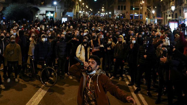 Seorang pria mengetuk mikrofon saat melakukan protes untuk mendukung rapper Pablo Hasel yang dipenjara