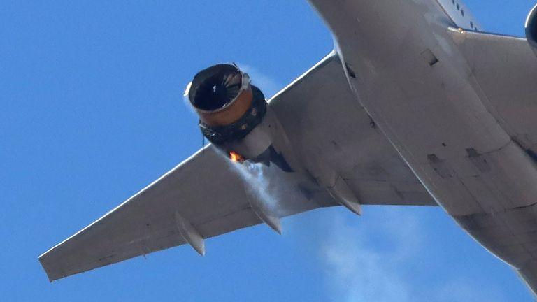 Gambar menunjukkan casing mesin pesawat benar-benar lepas. Foto: @ speedbird5280 via Reuters