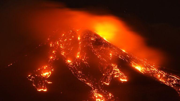 Il torrente vulcanico rovente, l'Etna, il vulcano più attivo d'Europa, si trova il 16 febbraio 2021 a Gear, in Italia.  REUTERS / Antonio Parrinello