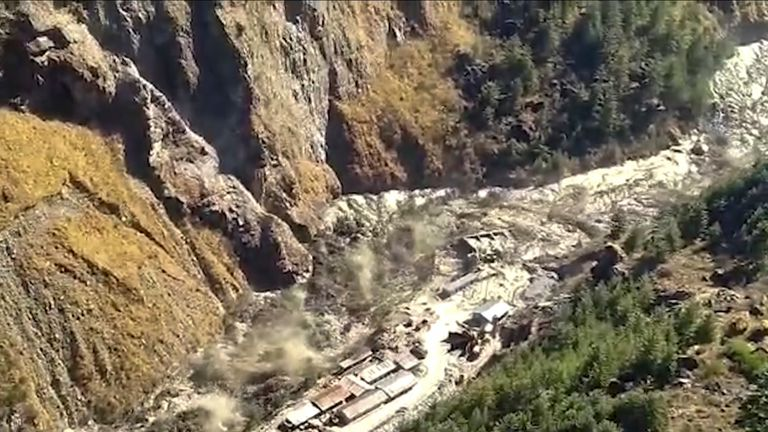 Inundações de água, lama e detritos na região de Chamuli após o colapso de uma parte da geleira Nanda Devi no distrito de Tabuvan, no estado de Uttarakhand, no norte da Índia.