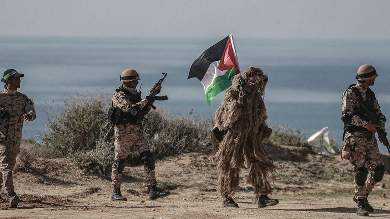 نشطاء فلسطينيون يشاركون في مناورة عسكرية نظمتها حماس وفصائل مسلحة أخرى في غزة