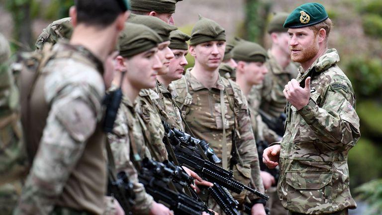 Duke of Sussex saat mengunjungi 42 Commando Royal Marines di markas mereka di Bickleigh