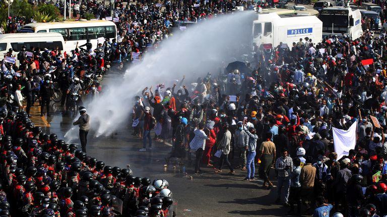 Para pengunjuk rasa dilaporkan bubar setelah bernegosiasi dengan polisi
