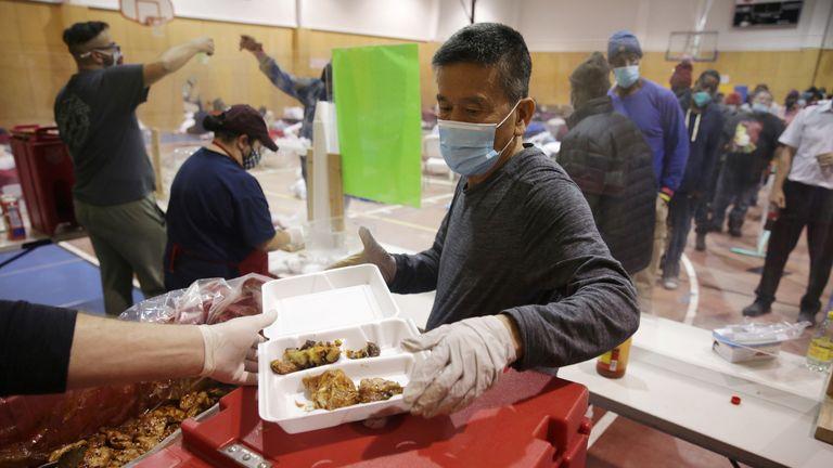 Indy Lee, seorang sukarelawan di Salvation Army, menyiapkan makanan