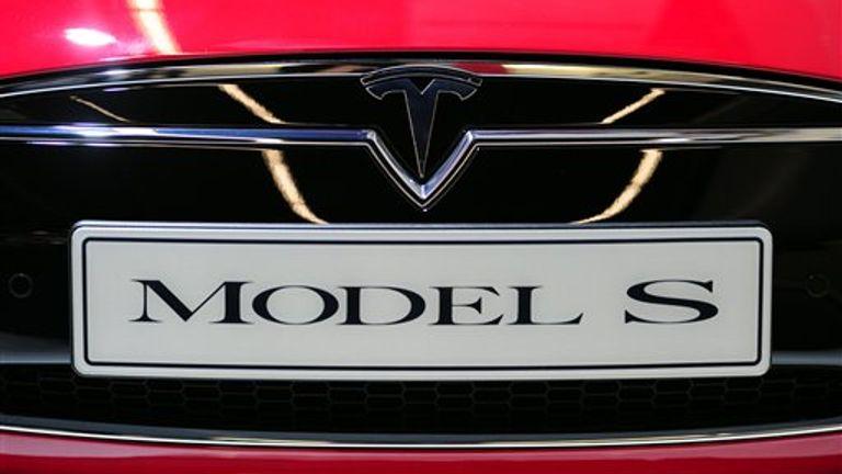 ARCHIV - Das Logo des Automobilherstellers Tesla, aufgenommen am 10.09.2013 beim Pressetag auf der Internationalen Automobilausstellung (IAA) in Frankfurt (Hessen) an einem «Model S»-Fahrzeug. Photo by: Daniel Reinhardt/picture-alliance/dpa/AP Images
