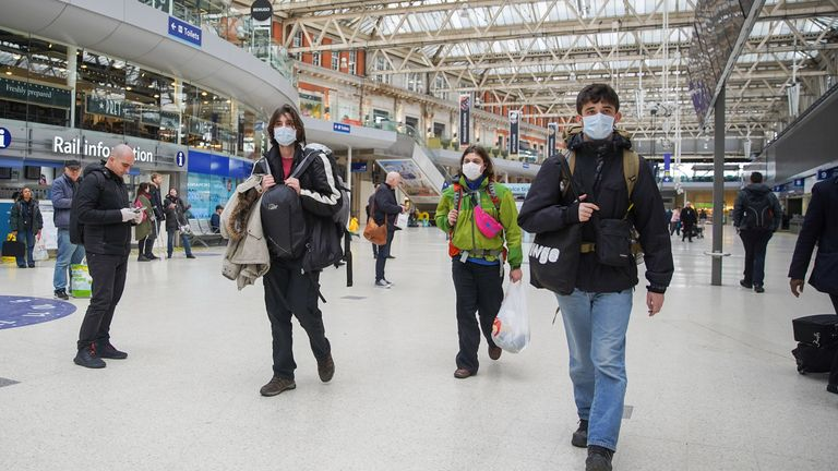 (200321) -- LONDON, March 21, 2020 (Xinhua) -- Commuters with face masks walk through the Waterloo Station, one of London's busiest train stations, in London, Britain on March 20, 2020. Cafes, bars, pubs and restaurants must close from Friday night across Britain in a bid to contain the spread of COVID-19 outbreak, Prime Minister Boris Johnson said Friday. As of 9 a.m. local time (0900 GMT) Friday, the number of confirmed COVID-19 cases in Britain reached 3,983, according to the Department of He