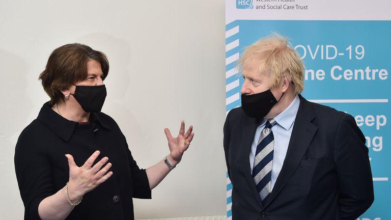 نخست وزیر بوریس جانسون هنگام بازدید از مرکز واکسیناسیون Lakeland Forum در Enniskillen ، ایرلند شمالی با آرلن فوستر نخست وزیر صحبت می کند.  تاریخ تصویر: جمعه 12 مارس 2021.