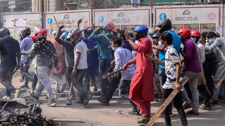 به گفته شاهدان ، خشونت در داکا آغاز شد ، زیرا یک گروه از معترضین به نشانه بی احترامی به نارندرا مودی ، نخست وزیر هند شروع به تکان دادن کفش های خود کردند و گروه دیگری سعی در جلوگیری از آنها داشت.