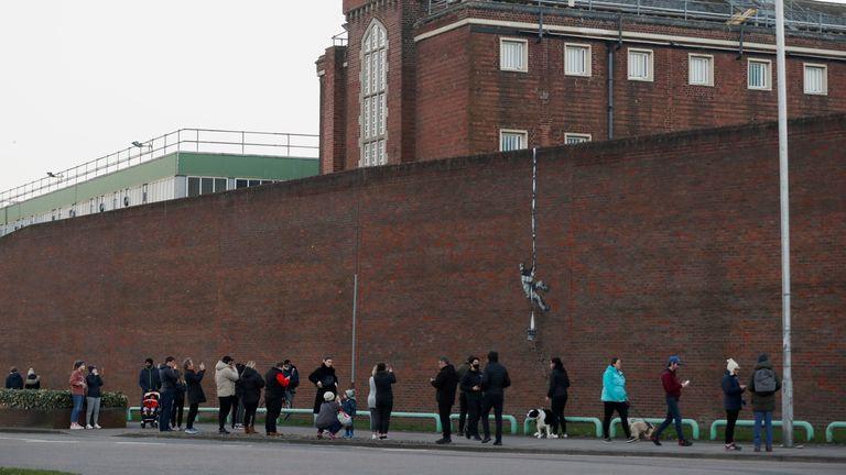 نقاشی دیواری مشکوک جدید توسط هنرمند بانکی بر روی دیواری در زندان HM Reading دیده می شود